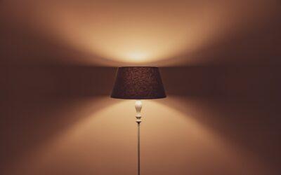 Lampy wiszące z abażurem – klasyka, która sprawdzi się w każdym wnętrzu